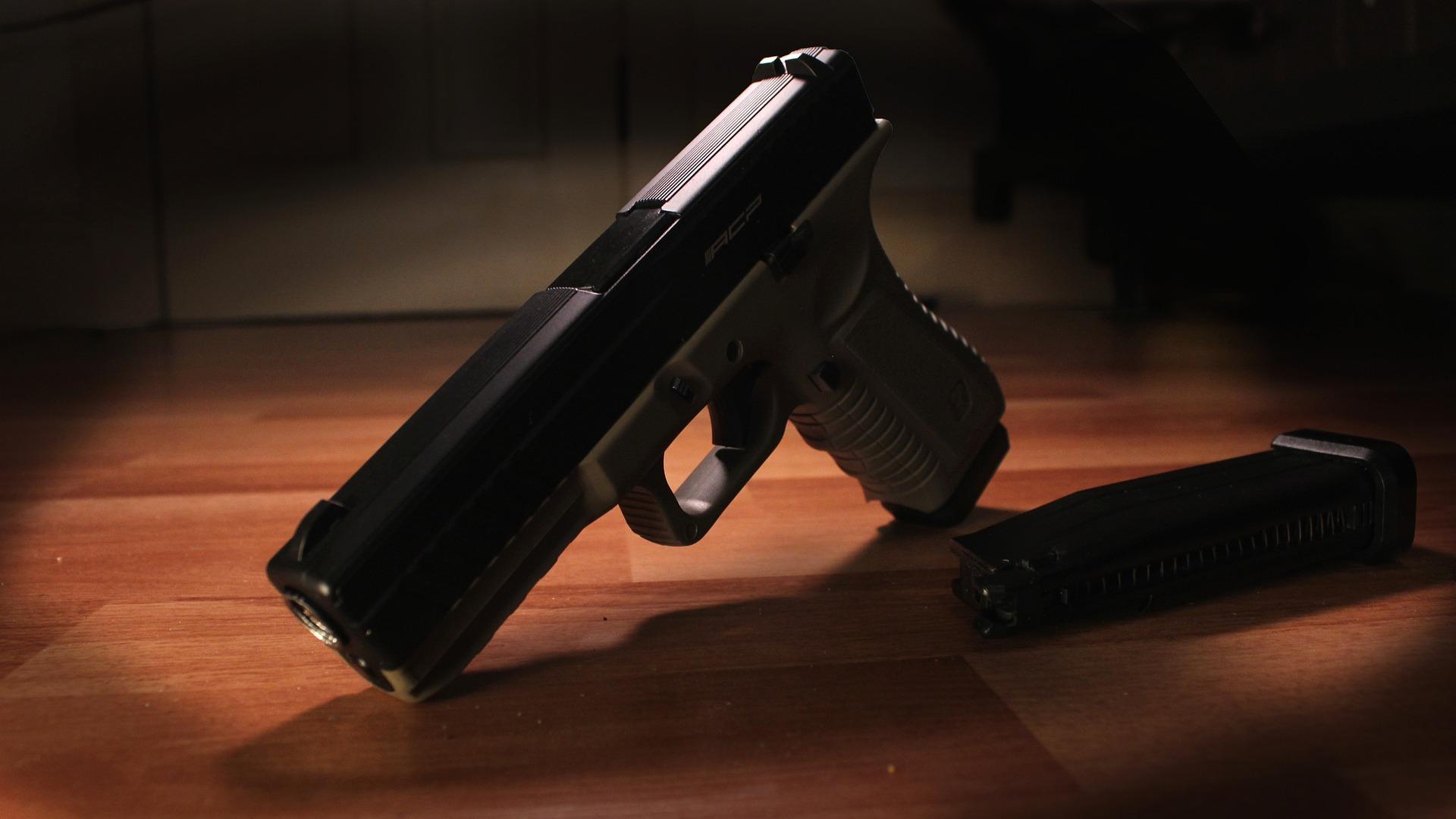 pistole na stole
