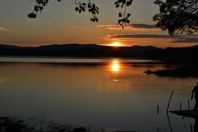 slunce za jezerem