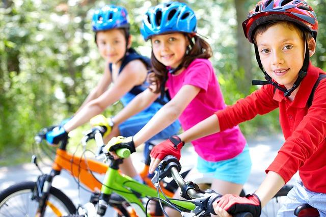 tři děti na kolech