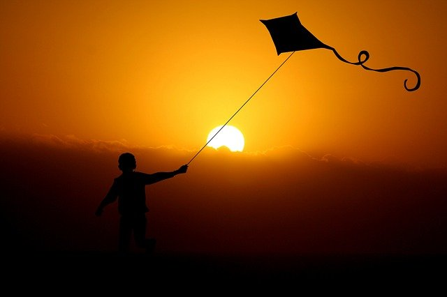 Vyrobte si s dětmi létajícího draka, typický symbol podzimu