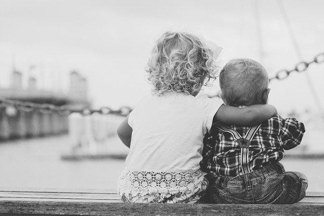 sourozenci na lavičce